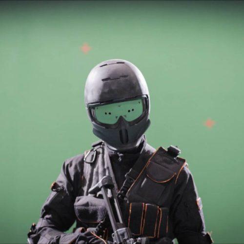 Der Soldaten-Darsteller im Greenscreen